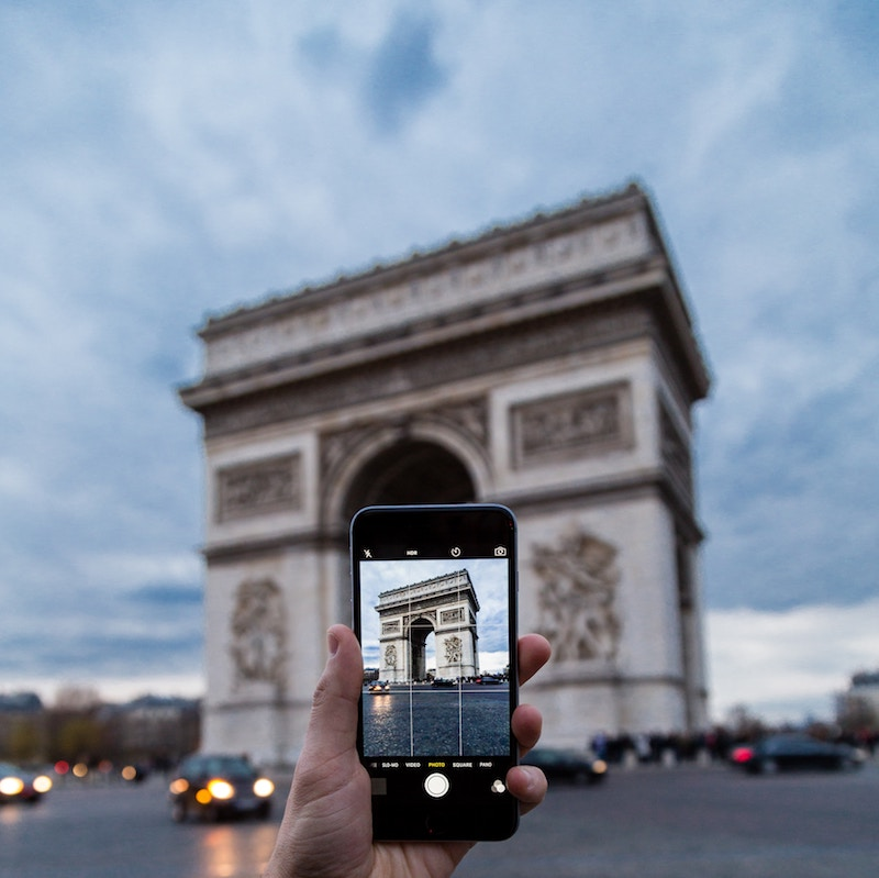 globedge-travel-paris-arc-de-triomphe-taking-photo