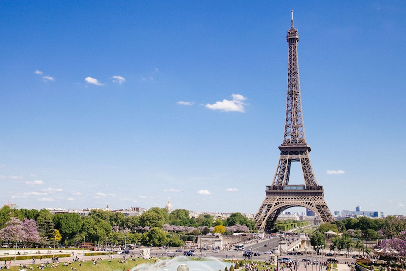 globedge-travel-paris-eiffel-tower-sunny-day