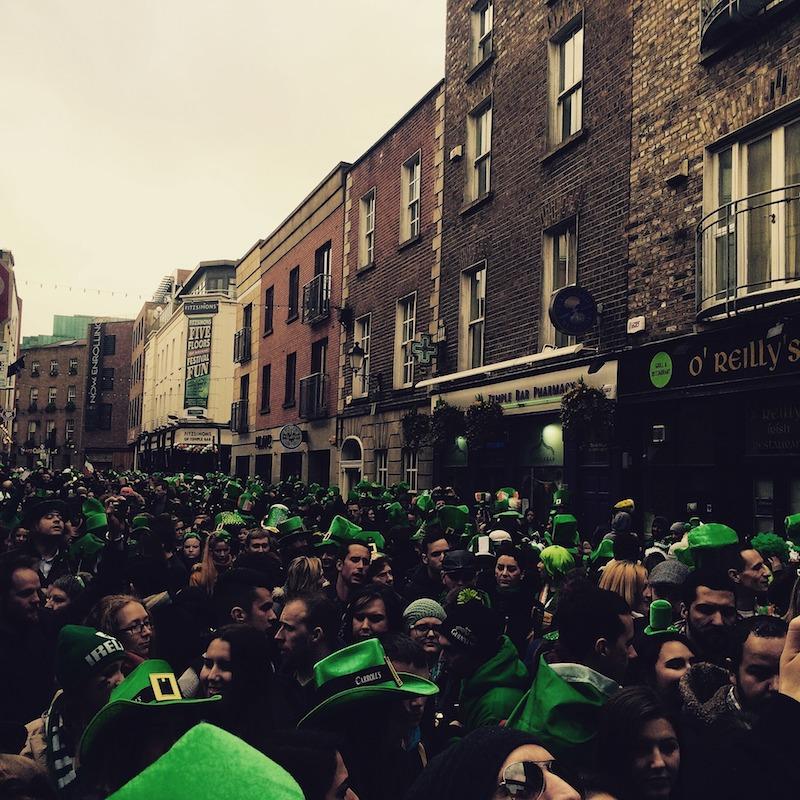 globedge-travel-dublin-temple-bar-st-patricks-day-crowd