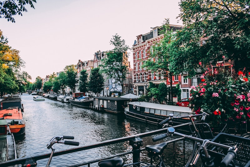 globege-travel-amsterdam-canal-bicycles