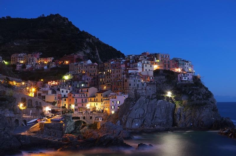 globedge-travel-italy-cinque-terre-night-lights