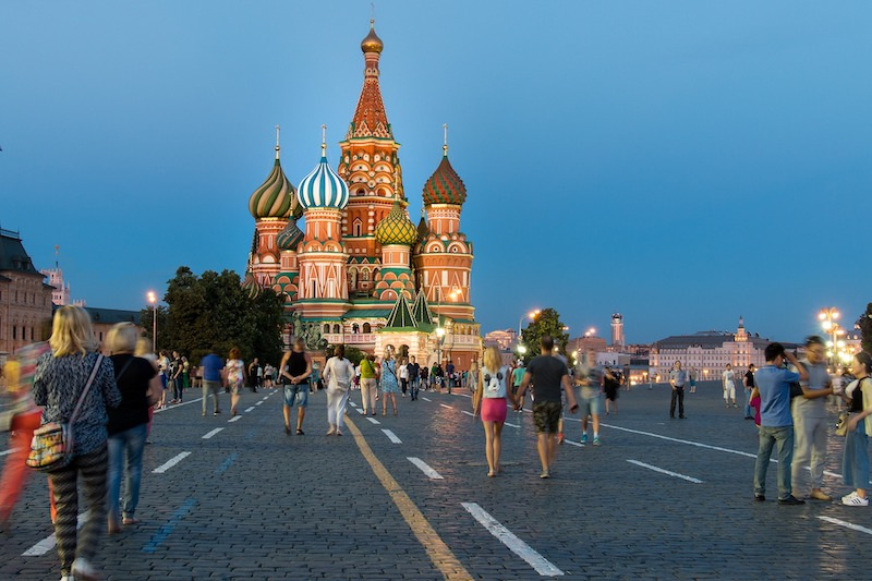 globedge-travel-russia-moscow-st-basils-cathedral-crowd