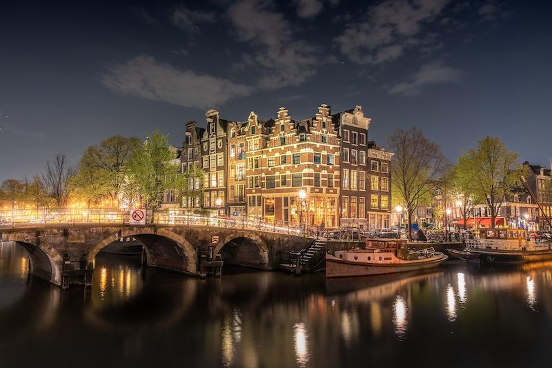 globedge-travel-netherlands-amsterdam-night-bridge